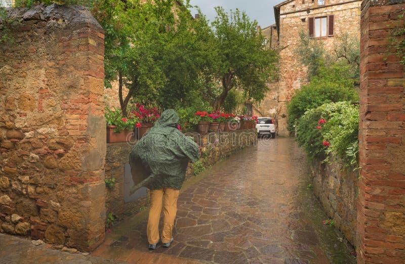 Schöne und bunte Straßen des kleinen und historischen toskanischen Dorfs Pienza stockbild