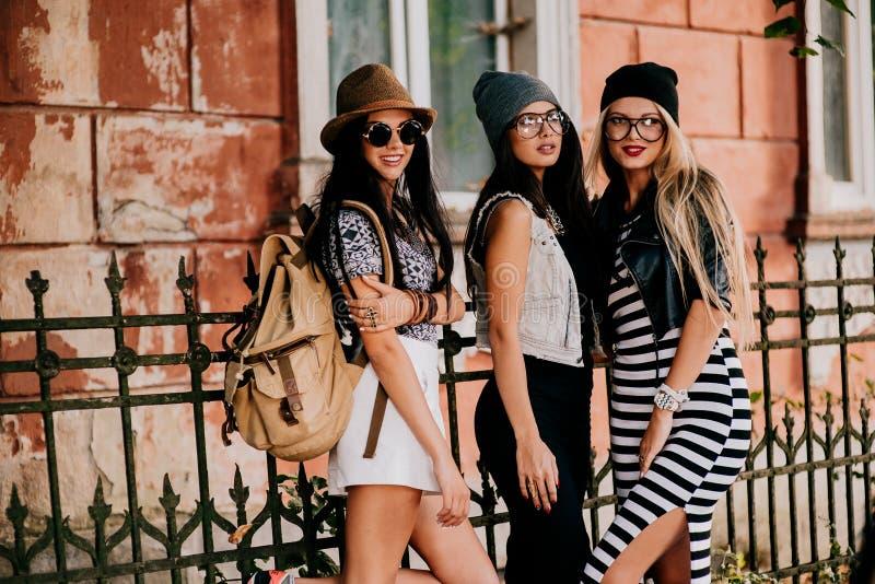 3 schöne und Modemädchen stockfotos