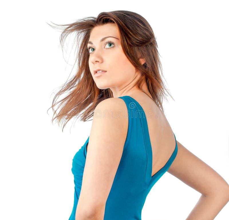 Schöne und reizvolle junge Frau im blauen Kleid lizenzfreie stockbilder