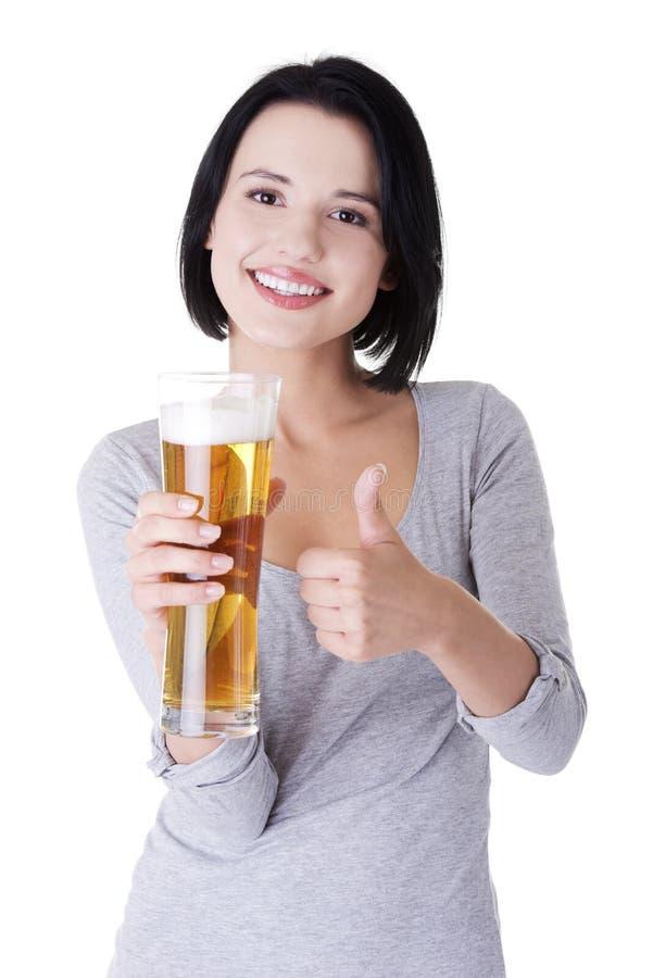 Download Schöne Und Reizvolle Junge Frau Mit Bier Stockbild - Bild von glas, brunette: 27730081