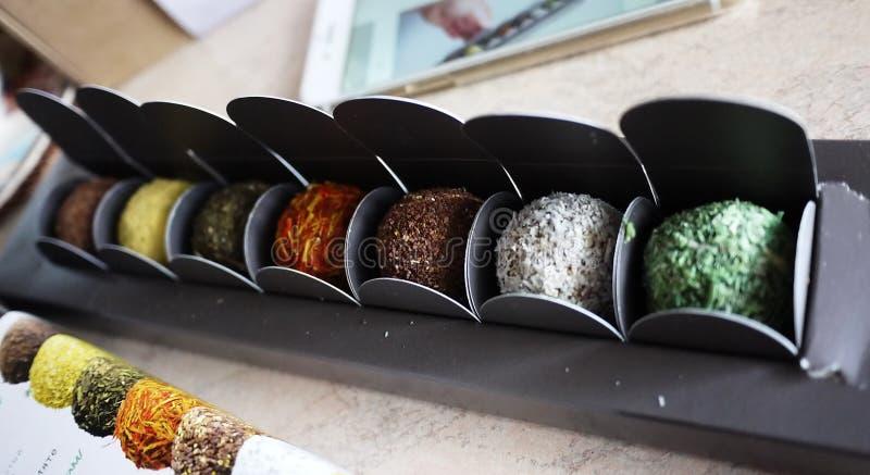 Schöne und sehr geschmackvolle Süßigkeit Diese Bonbons werden in einer sehr ungewöhnlichen Form - runde Bälle gemacht lizenzfreies stockbild