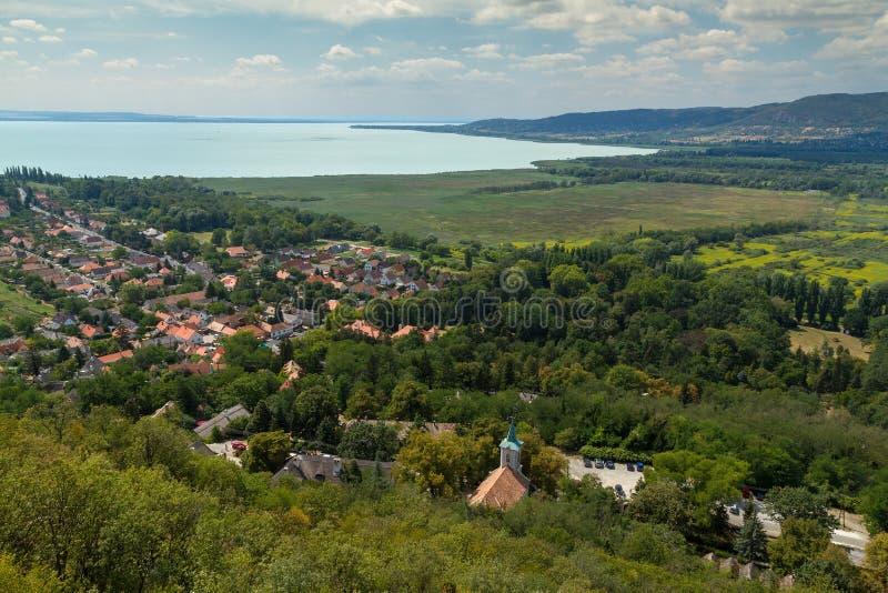 Schöne ungarische Landschaft von einem Plattensee, nahe dem kleinen Dorf Szigliget stockfoto