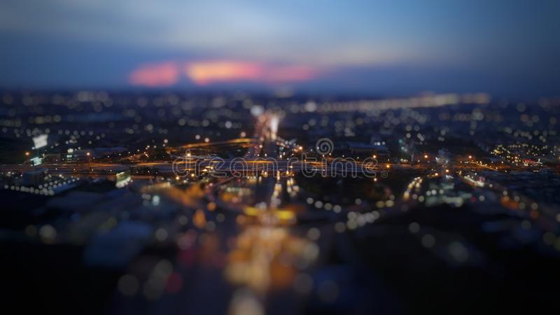Schöne unscharfe Nachtstadt-Landstraßenlandschaft stockfoto