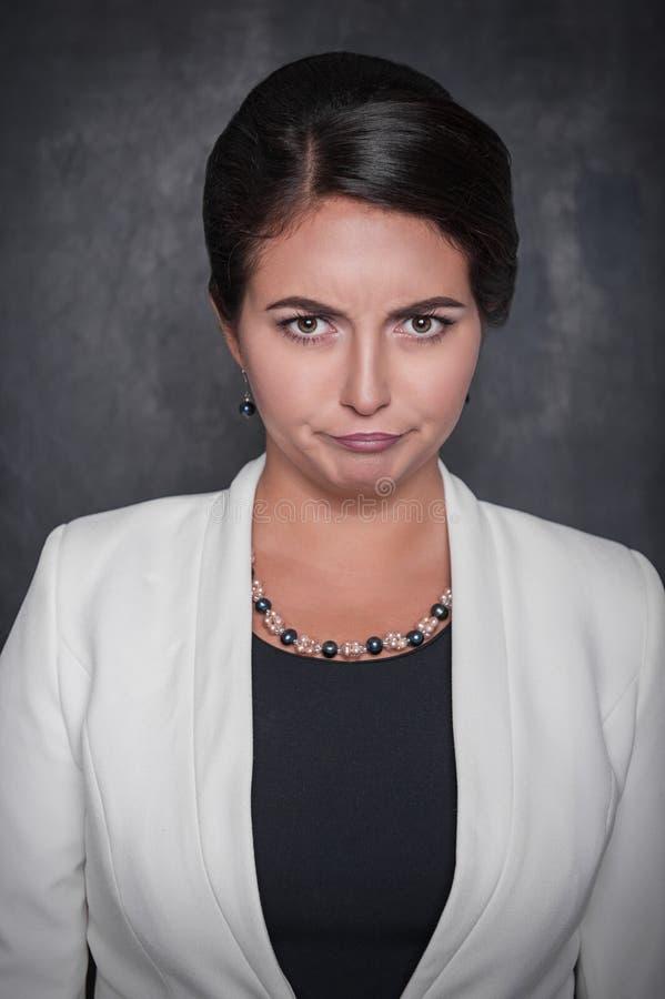 Schöne Unzufriedenheitsfrau auf Tafelhintergrund stockfotos