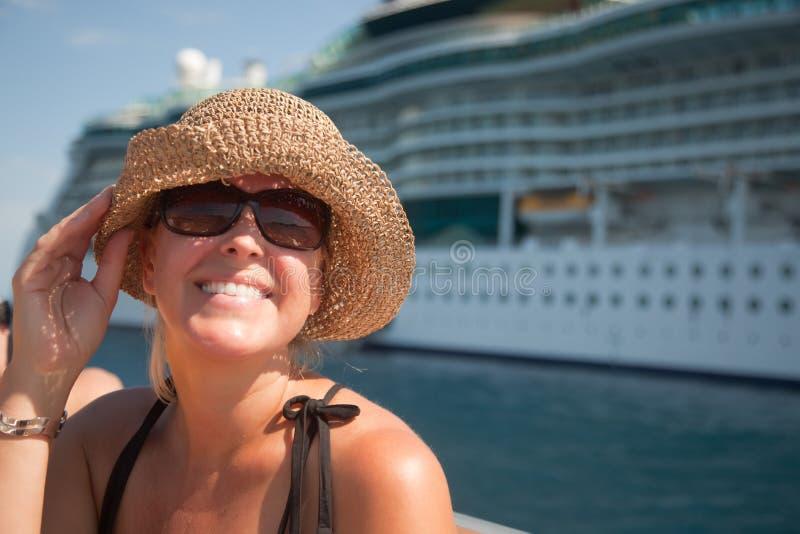 Schöne Vacationing Frau mit Kreuzschiff lizenzfreie stockfotos