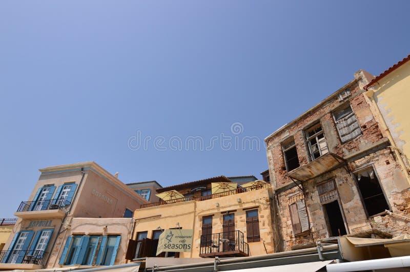Schöne venetianische Art-Häuser auf seinem oberen Teil im Hafen von Chania Geschichtsarchitektur-Reise lizenzfreies stockfoto