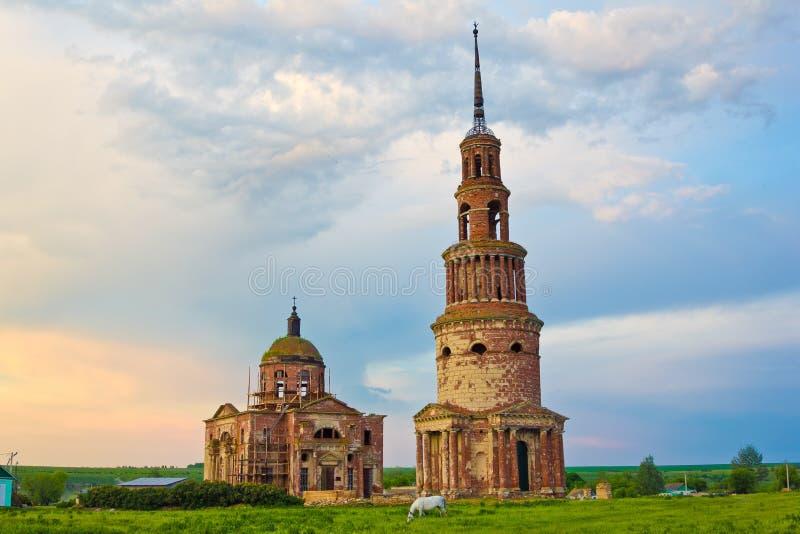 Schöne verlassene Dreifaltigkeitskirche und Glockenturm lizenzfreie stockfotografie