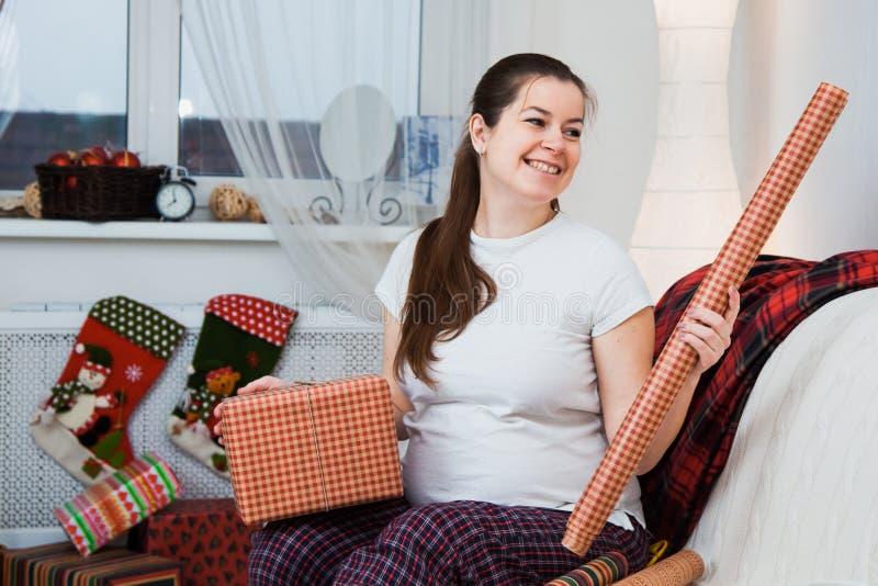 Schöne Verpackung der schwangeren Frau stellt sich für Weihnachten, Geschenkverpackung dar stockfotos