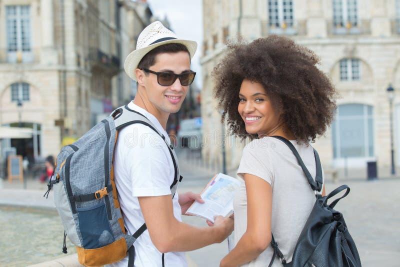 Schöne verschiedene junge Paare am Städtereisefeiertag lizenzfreie stockfotos