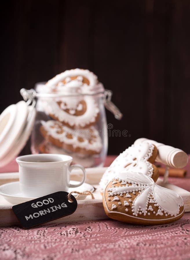 Schöne verzierte Plätzchen mit einem Tasse Kaffee lizenzfreies stockbild