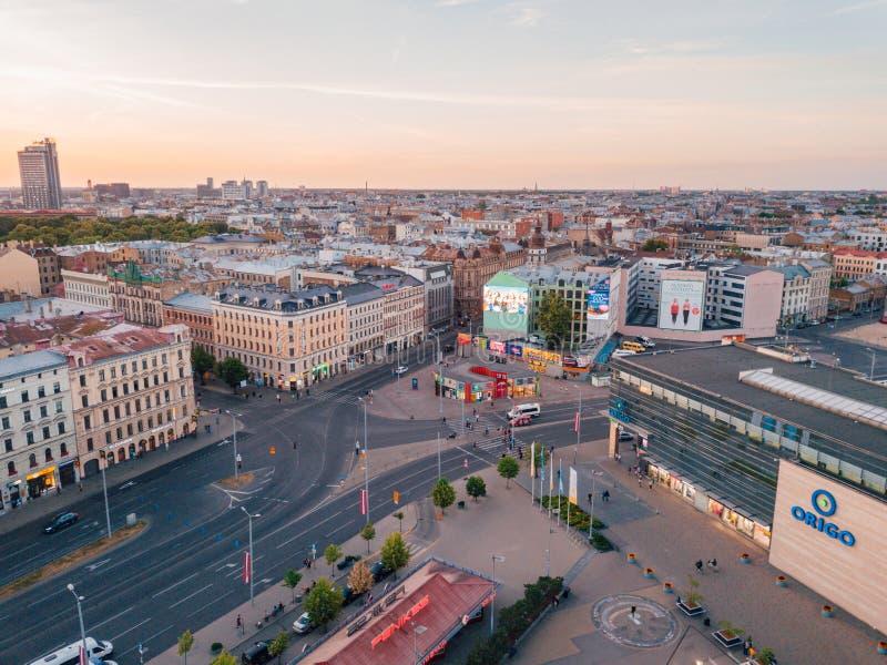 Schöne Vogelperspektive der Riga-Stadt von oben genanntem während des Sonnenuntergangs mit Glockenturm, der alten Stadt und der S stockfotos