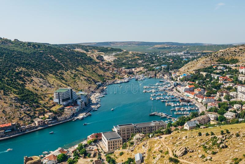 Schöne Vogelperspektive der Schwarzmeerküste und der Stadt Balaklava am klaren sonnigen Sommertag Balaklava Schacht, Krim stockfotografie