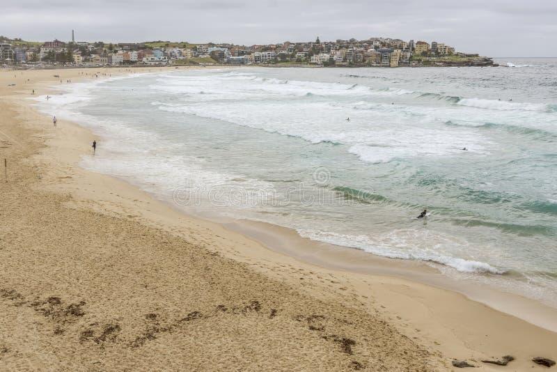 Schöne Vogelperspektive von Bondi-Strand an einem bewölkten Tag, Sydney, Australien lizenzfreies stockbild