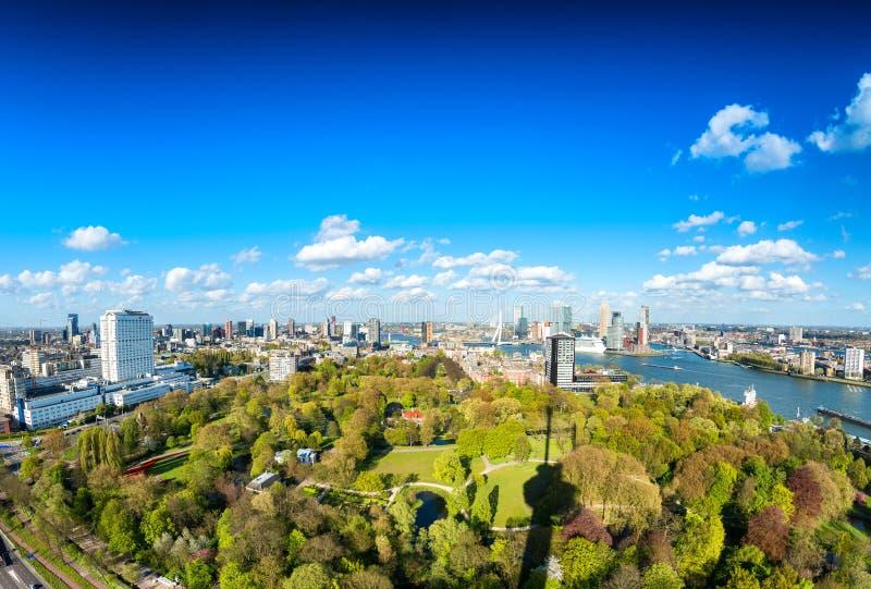 Schöne Vogelperspektive von Rotterdam-Skylinen stockfotos