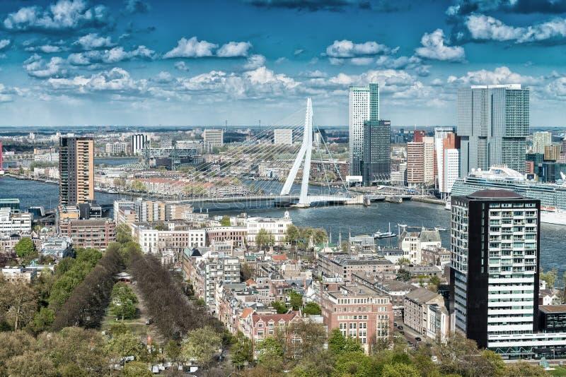 Schöne Vogelperspektive von Rotterdam-Skylinen stockbild