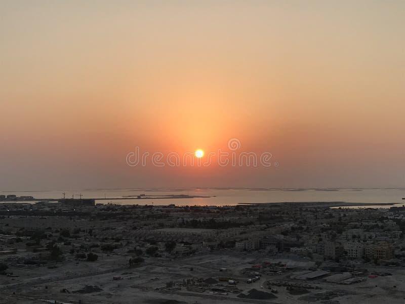 Schöne Vogelperspektive von Spitze zu Sonnenaufgang und Stadt stockfoto