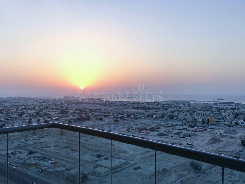 Schöne Vogelperspektive von Spitze zu Sonnenaufgang und Stadt lizenzfreies stockfoto