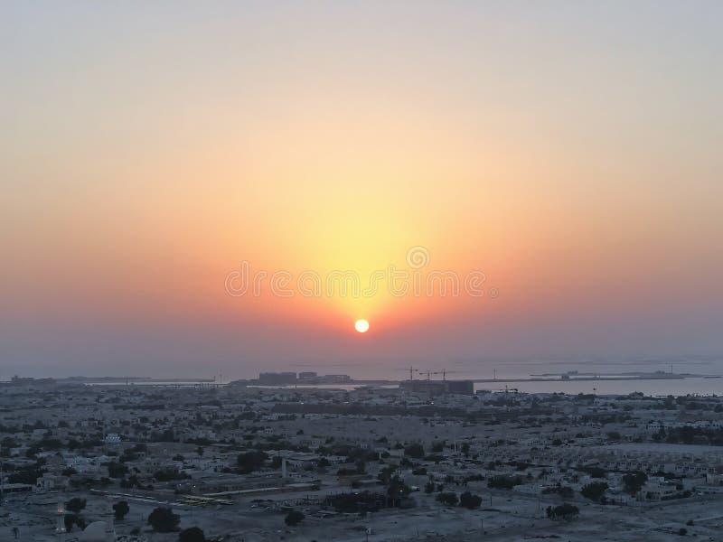 Schöne Vogelperspektive von Spitze zu Sonnenaufgang und Stadt stockbilder