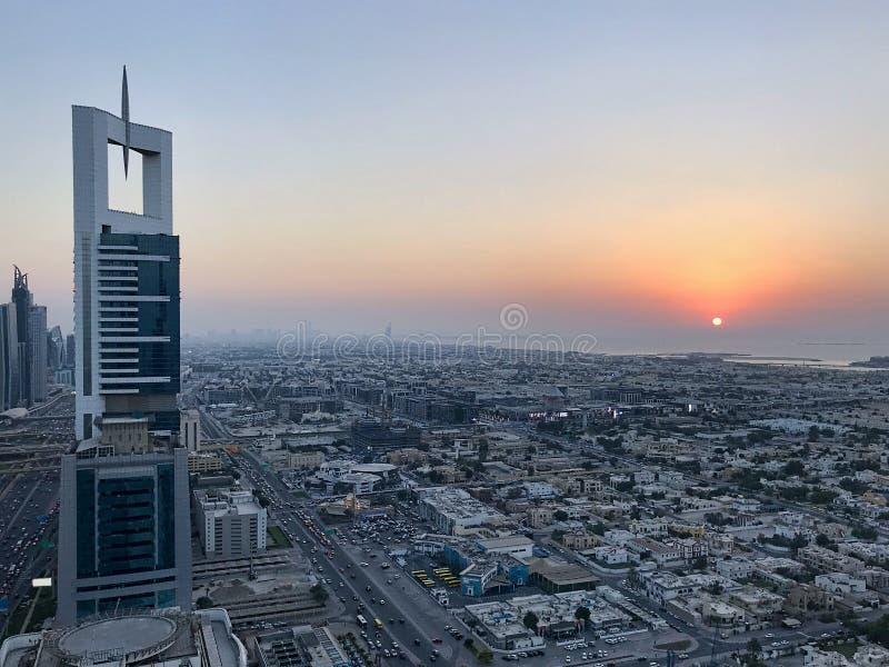 Schöne Vogelperspektive von Spitze zu Sonnenaufgang und Stadt lizenzfreies stockbild
