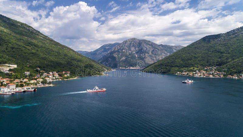 Schöne von der Luftansicht von oben genanntem zu Kotor-Bucht und zur regelmäßigen Passagierfähre von Lepetane zu Kamenari bis zum stockbild