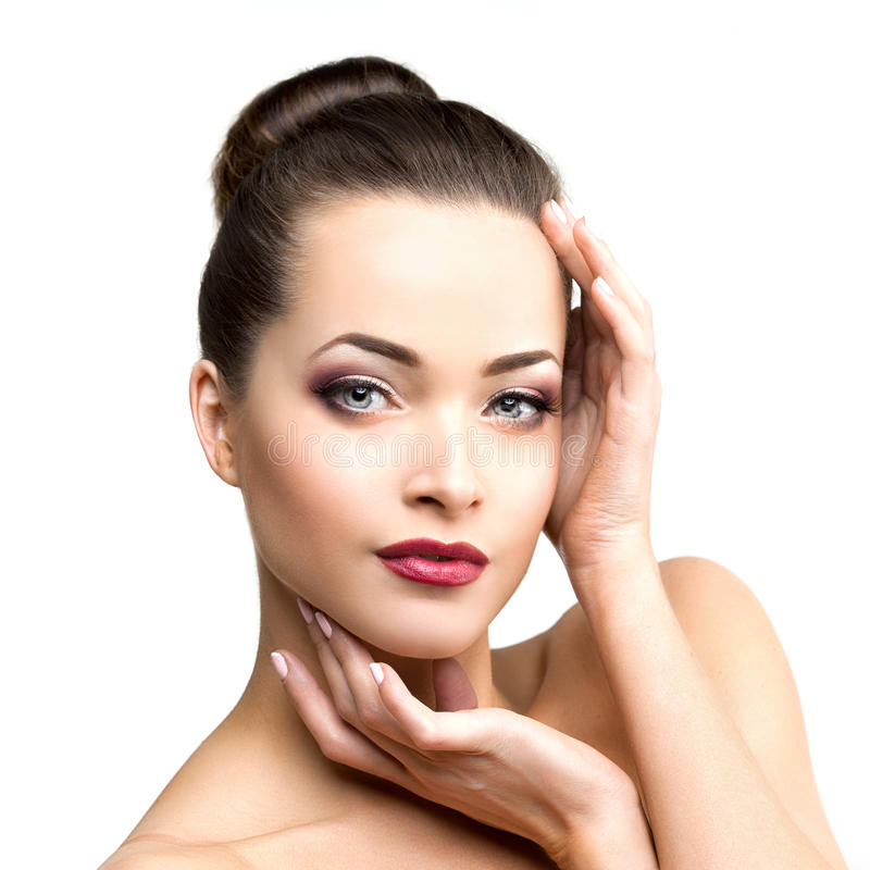 Schöne vorbildliche Frau im jungen modernen Mädchen des Schönheitssalon-Makes-up I lizenzfreie stockfotos