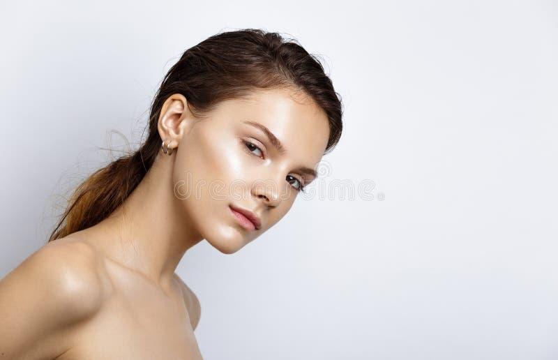 Schöne vorbildliche Frau mit natürlichem Make-up und Brunettehaar stu stockbilder