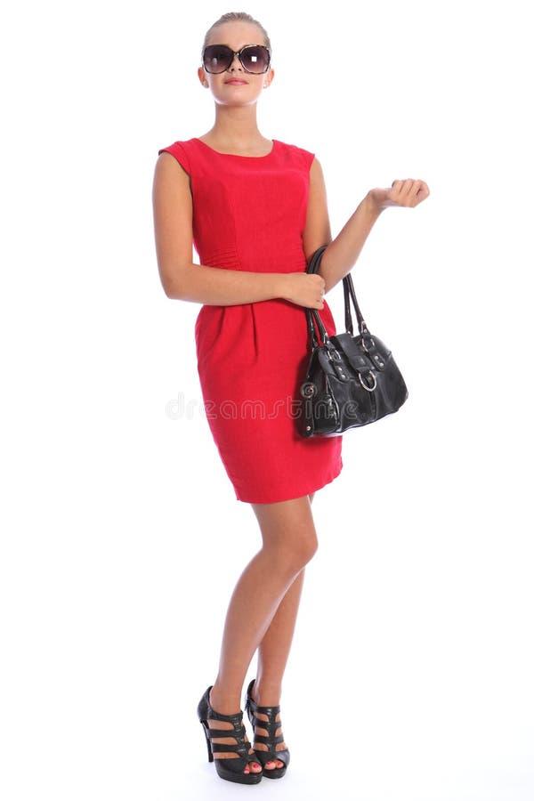 Schöne vornehme reizvolle junge Frau im kurzen roten Kleid lizenzfreies stockfoto