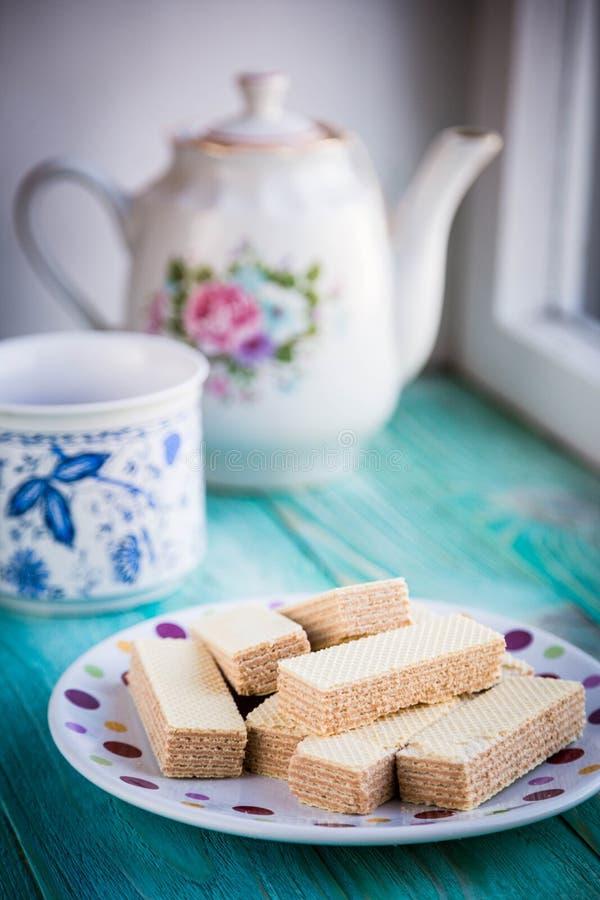 Schöne Waffeln auf einer Platte mit Tee stockfoto