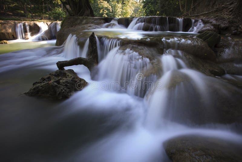 Schöne Wasserfälle im reinen tiefen Wald Nationalparks Thailands stockfotografie