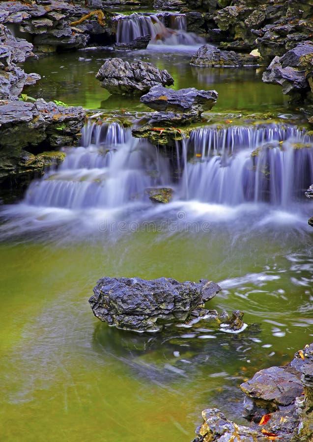 Schöne Wasserfälle im Zengarten stockfoto