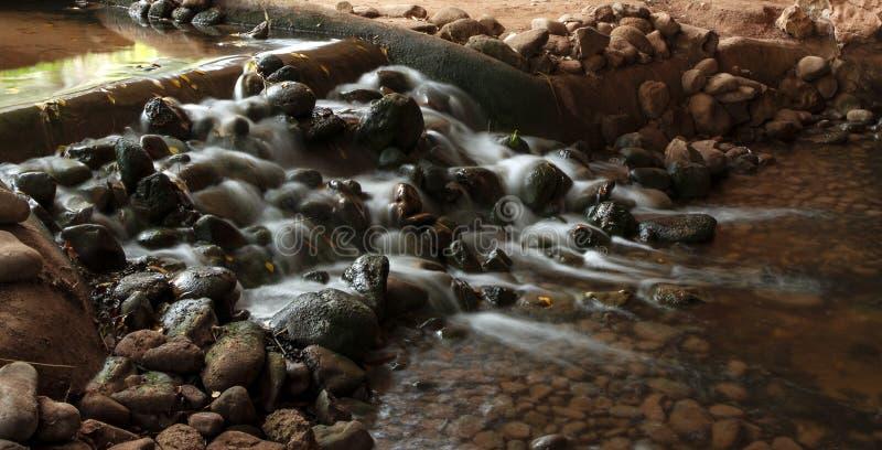 Schöne Wasserführung in kleinen Strom, lange Belichtung am Vogeltalpark in Agadir lizenzfreie stockbilder