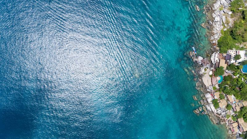 Schöne Wasseroberfläche mit Küste Brummen-Ansicht Spitze unten stockfotos