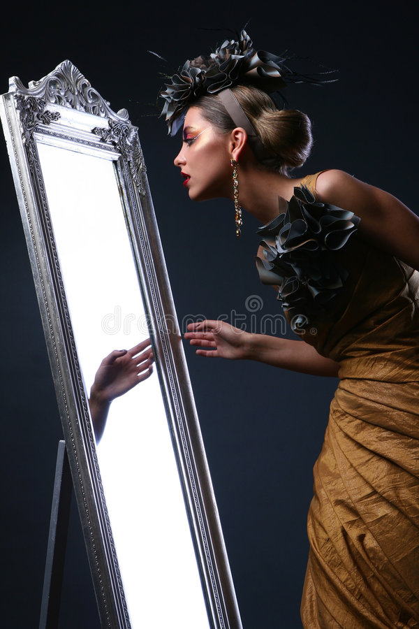 Schöne weiße Frau im Divabild stockbild