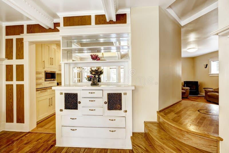 Schöne weiße Kabinettumhüllung als Wand zwischen dem Speisen und Ausrüstung lizenzfreie stockbilder