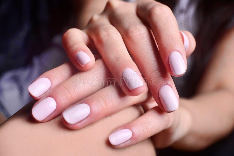 Schöne weiße Maniküre, weiche junge Hände, Mode lizenzfreie stockfotos
