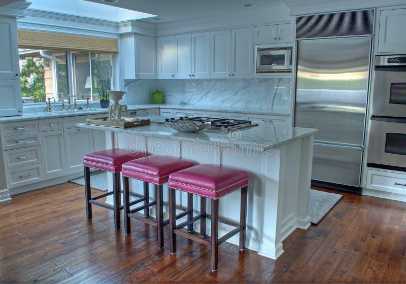 Schöne weiße moderne Küche stockbild. Bild von schöne ...