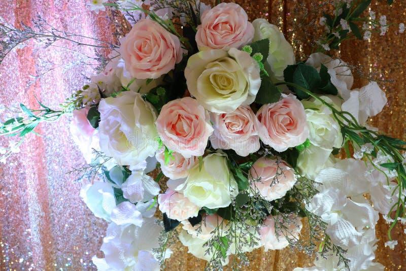 Schöne weiße und orange Rosen verziert in der Hochzeit lizenzfreies stockbild