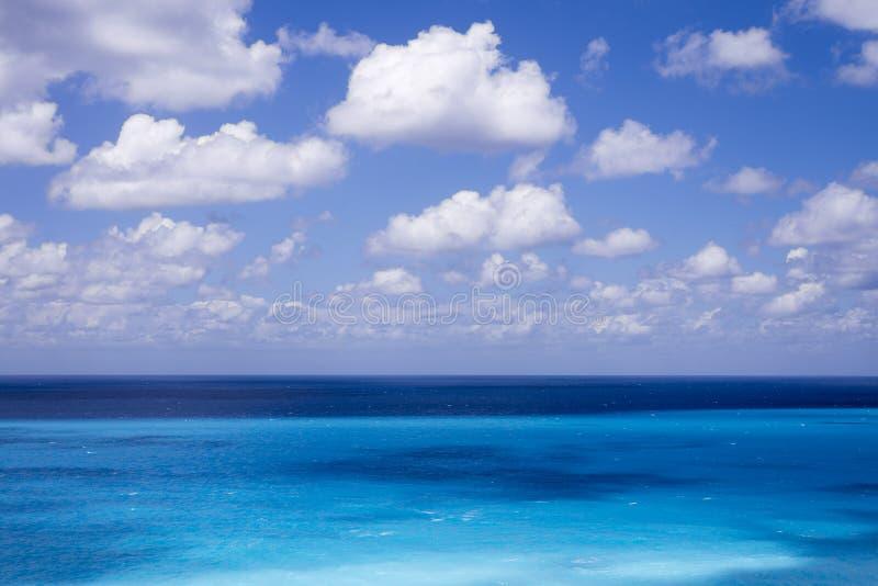 Schöne weiße Wolken auf blauem Himmel über ruhigem See lizenzfreie stockbilder