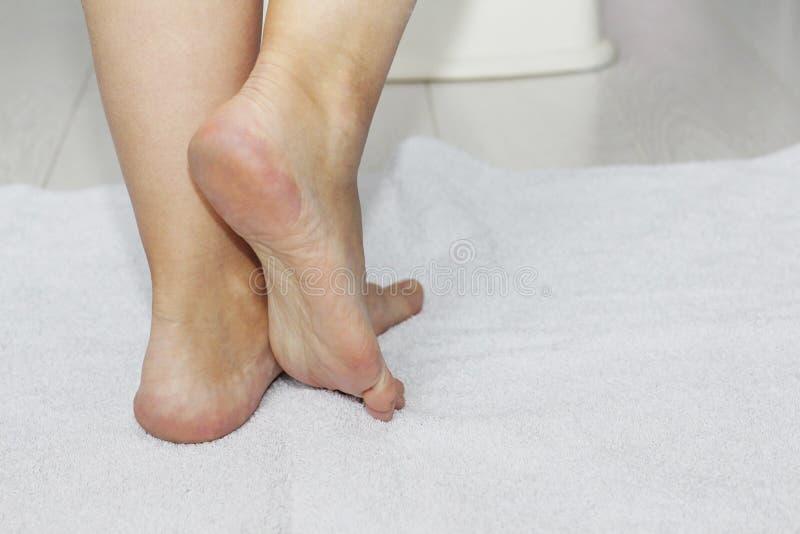 Schöne weibliche Beine, Fersen, Füße Fußpflege, Massage, Badekurort Fersensorgfalt lizenzfreies stockbild