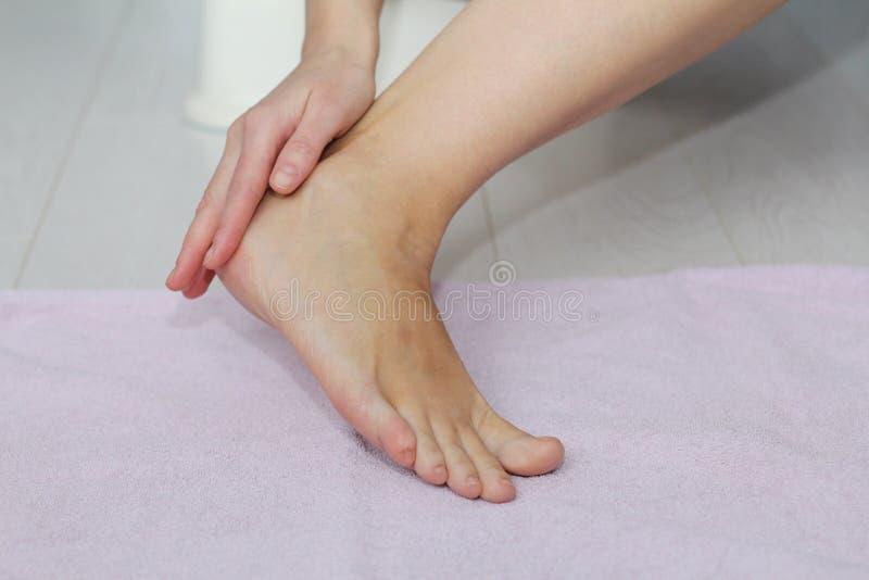 Schöne weibliche Beine, Fersen, Füße Fußpflege, Massage, Badekurort Fersensorgfalt stockfotos