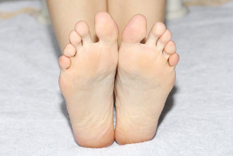 Schöne weibliche Beine, Fersen, Füße Fußpflege, Massage, Badekurort Fersensorgfalt stockfoto