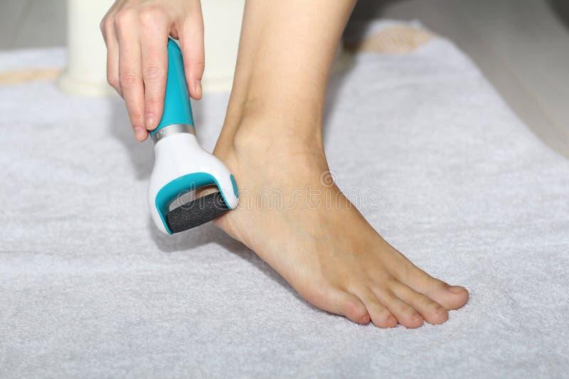 Schöne weibliche Beine, Fersen, Füße Fußpflege, Massage, Badekurort Fersensorgfalt lizenzfreie stockfotos