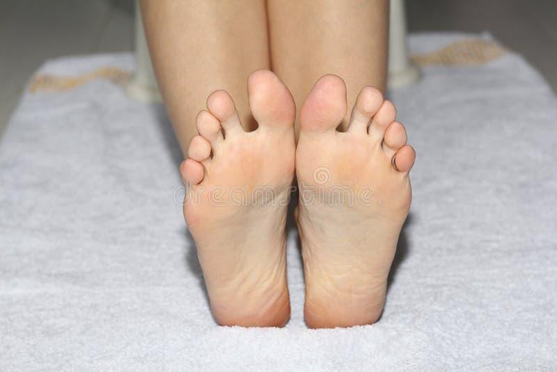 Schöne weibliche Beine, Fersen, Füße Fußpflege, Massage, Badekurort Fersensorgfalt stockfotografie