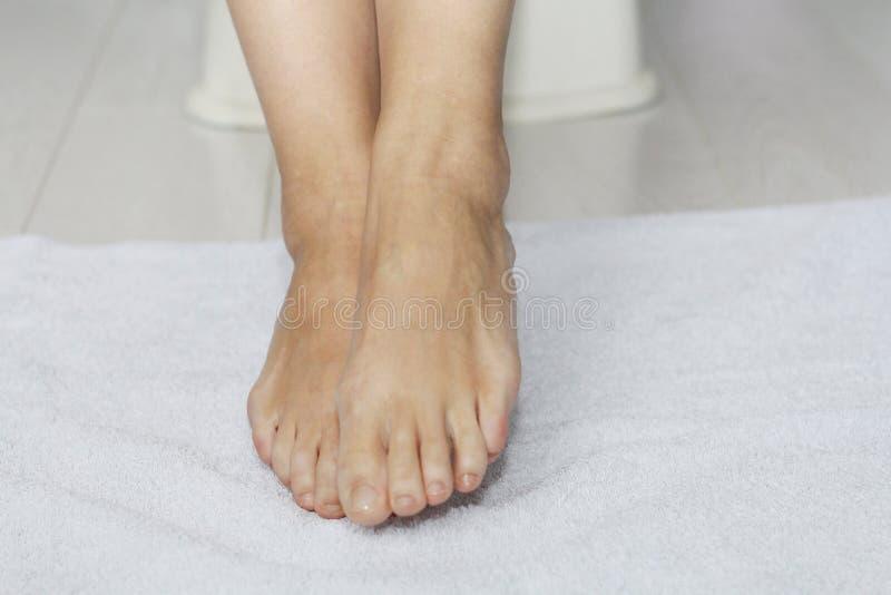 Schöne weibliche Beine, Fersen, Füße Fußpflege, Massage, Badekurort Fersensorgfalt lizenzfreie stockfotografie