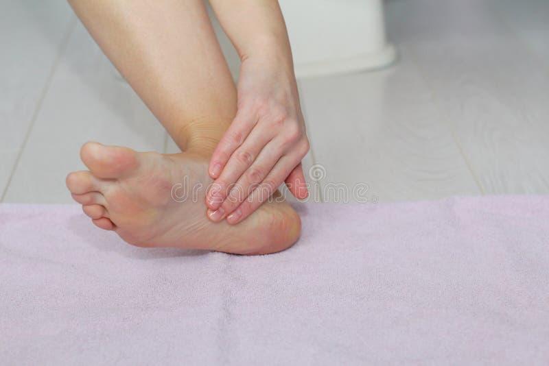 Schöne weibliche Beine, Fersen, Füße Fußpflege, Massage, Badekurort Fersensorgfalt stockbild