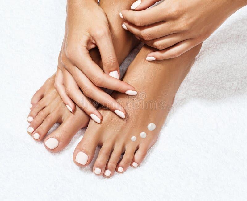 Schöne weibliche Füße mit Feuchtigkeitscreme lizenzfreie stockfotos