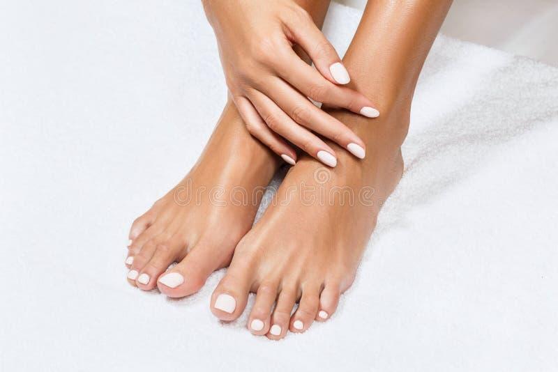 Schöne weibliche Füße mit perfekter Maniküre lizenzfreie stockfotos