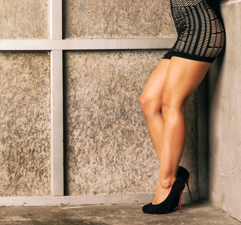 Schöne weibliche Fahrwerkbeine lizenzfreie stockfotos