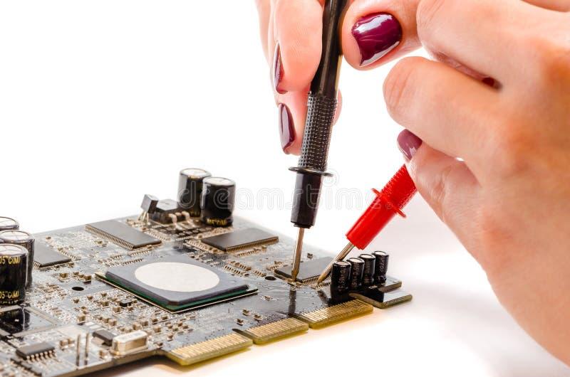 Schöne weibliche Hände prüfen das Computerbrett stockfotografie