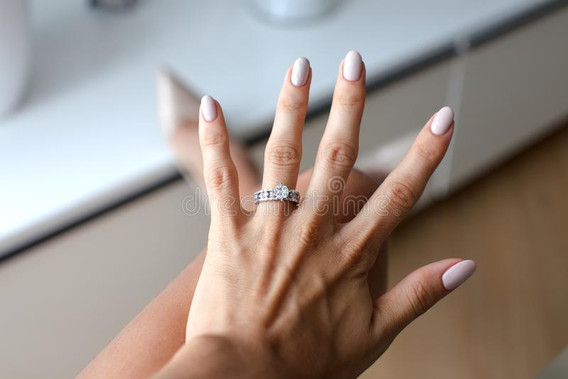Schöne weibliche Hand mit elegantem Diamantring stockfoto
